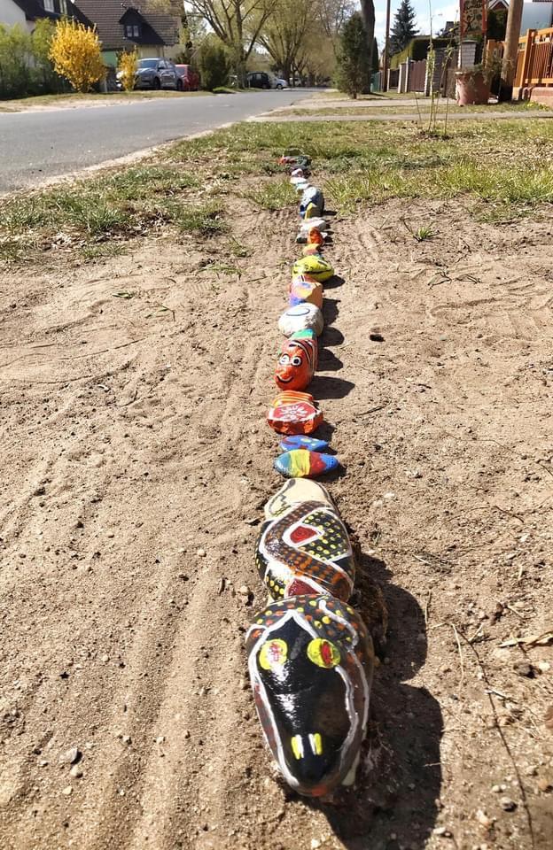 Mahlsdorf LIVE - Mitmach-Aktion: Mahlsdorfer bauen Mutmach-Schlange aus bemalten Steinen