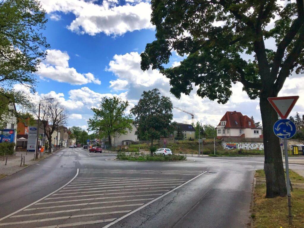 Mahlsdorf LIVE - Personalmangel: Vier Zebrastreifen am Kreisverkehr in der Hönower Straße entstehen nun doch erst 2021