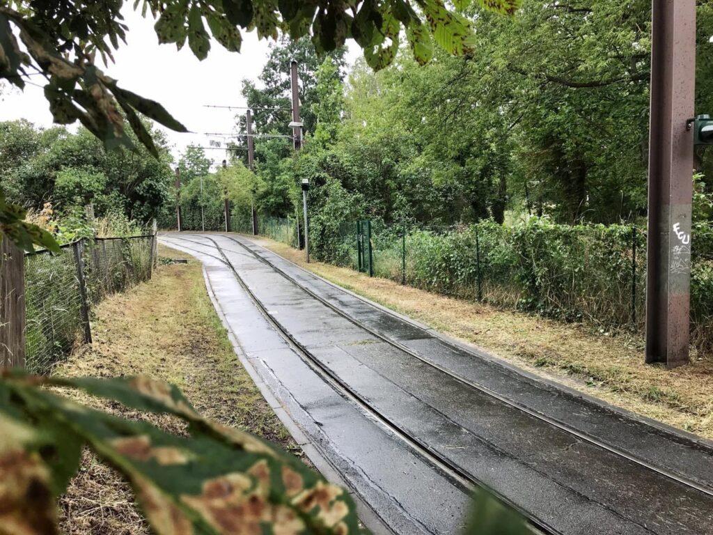 Mahlsdorf LIVE - An Tramschleife, auf Parkplatz, neben Bahndamm: Drei Grundstücke für Mahlsdorfer Fahrrad-Parkhaus zur Auswahl
