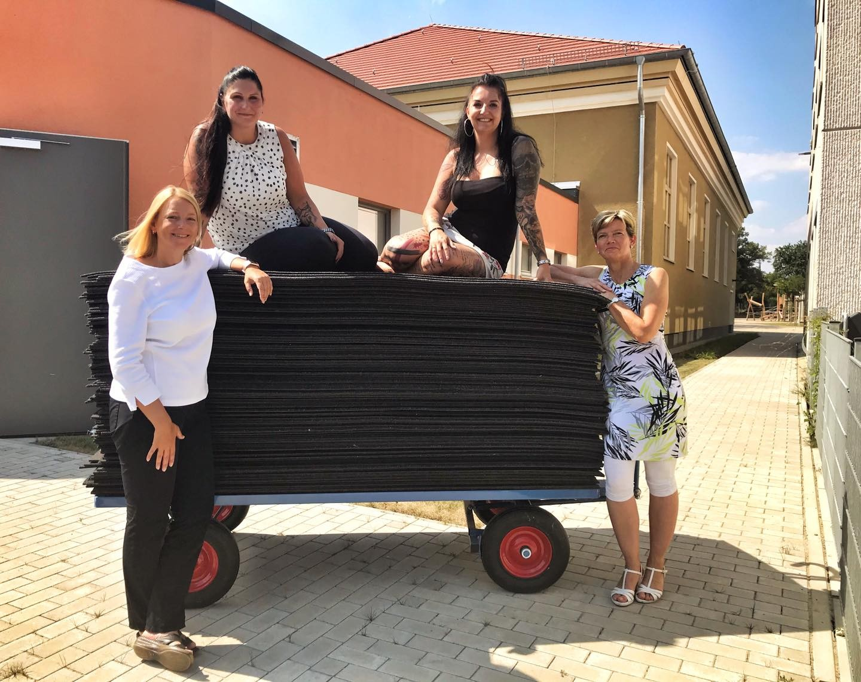"Foto: Förderverein-Vorsitzende Daniela Röhrig, Maklerin Anja Meyer, ""Living in Berlin""-Chefin Vivien Hermel und Schulleiterin Antje Kienitz-Jannermann (v.l.n.r.)"