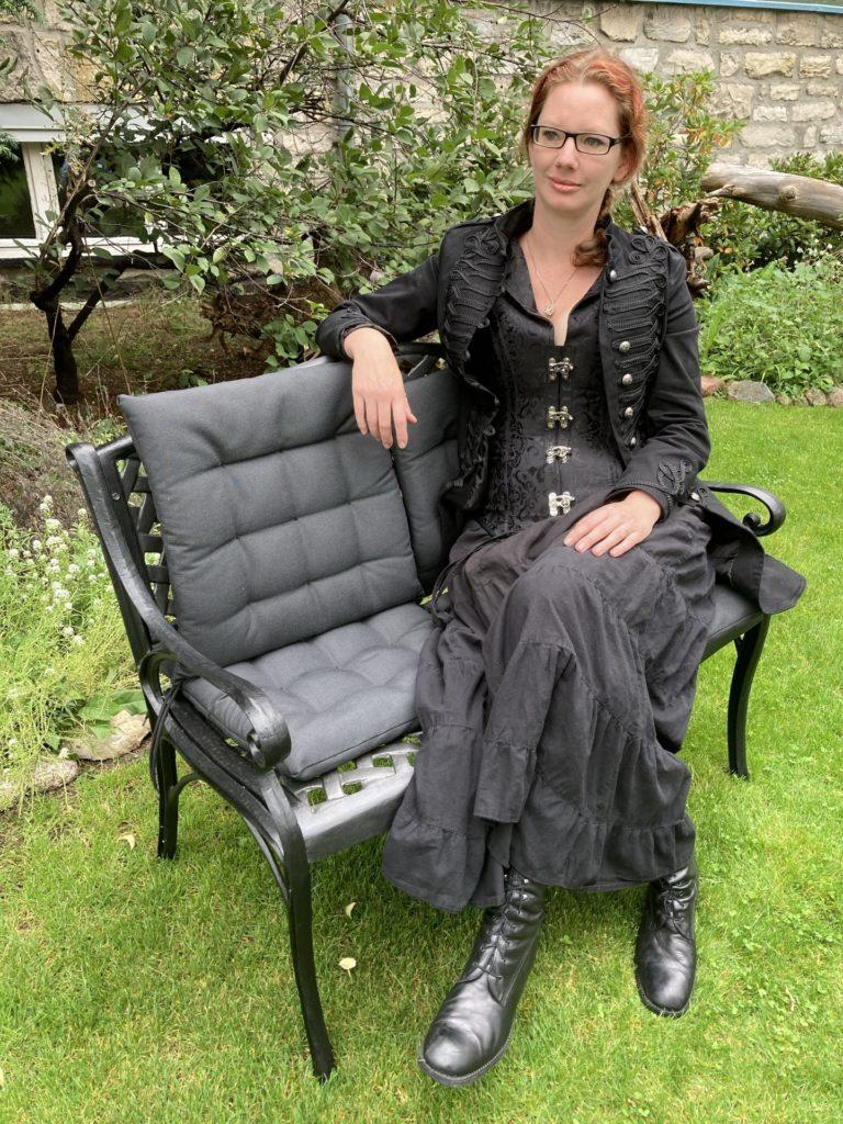 Mahlsdorf LIVE -Für Autisten wie Stephanie Fuhrmann aus Mahlsdorf, hier in ihrem Garten, sind die derzeitigen Corona-Maßnahmen ein Segen.
