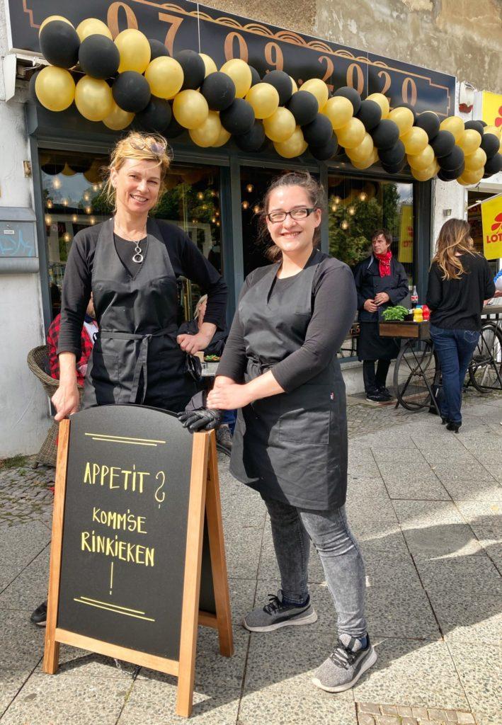 """Mahlsdorf LIVE - Angelika Müller mit Charlotte Mallet vor der """"Snack Diele"""" auf dem Gehsteig der Hönower Straße"""