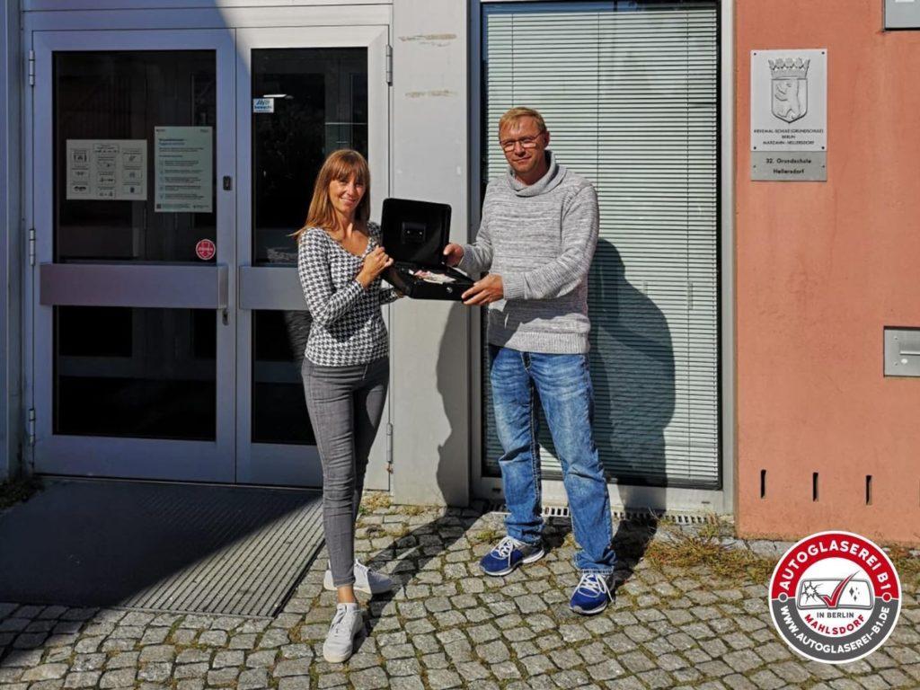 Mahlsdorf LIVE - Marco von der Autoglaserei übergibt den Scheck.