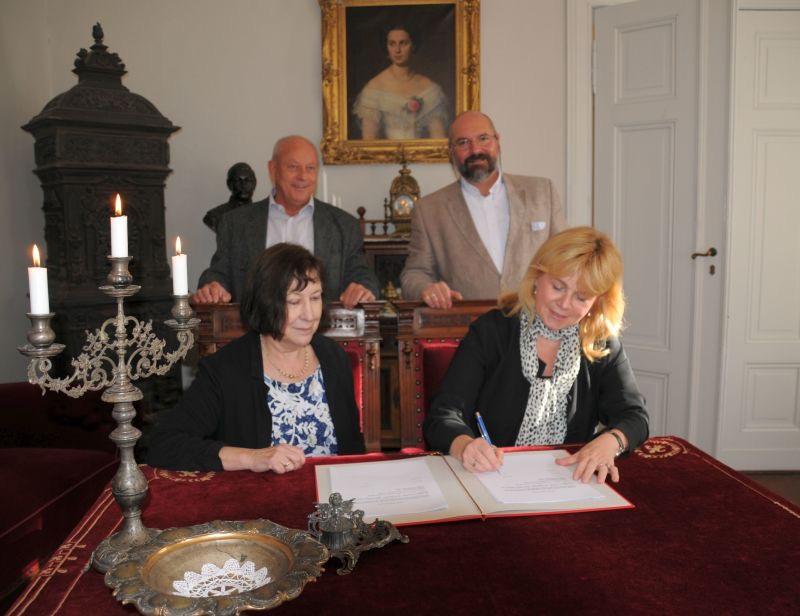 Mahlsdorf LIVE - Im Oktober 2017 unterzeichneten Bezirksamt und der Förderverein einen Rahmenvertrag. Auf dem Foto sind Monika Schulz-Pusch, Jürgen Herschel, Kulturamts-Leiter Nicolas Vecchini sowie Stadträtin Julia Witt (Die Linke) zu sehen (v.l.n.r.)