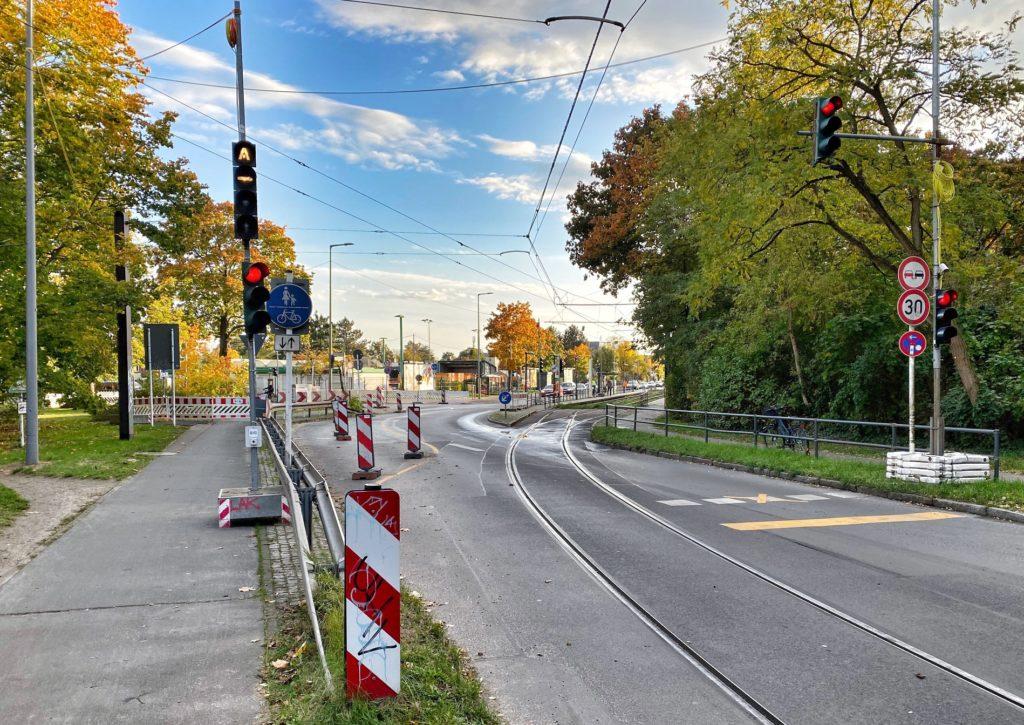 Mahlsdorf LIVE - An der Kreuzung Hultschiner Damm / Rahnsdorfer Straße entsteht eine neue Ampel.