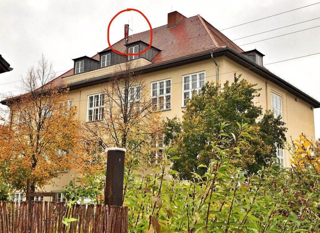 Mahlsdorf LIVE - Eltern kämpften für Abbau: Funkmast auf Mahlsdorfer Grundschule bleibt nun doch länger in Betrieb