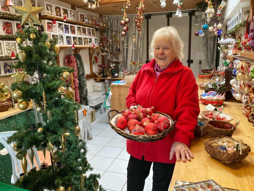Mahlsdorf LIVE - Garagen-Weihnachtsmarkt: Mahlsdorferin verkauft Kugeln, Sterne und Kerzen in ihrer Garage