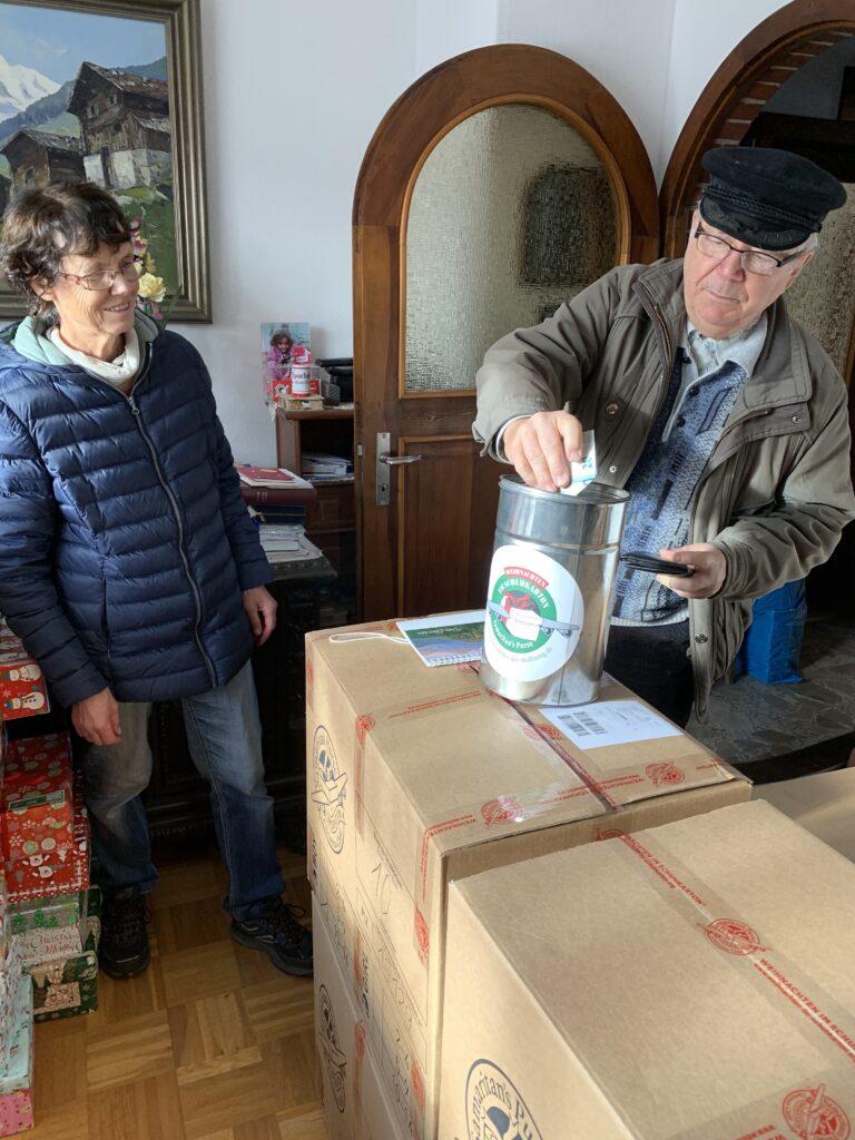 Klaus Katsch, Leiter der evangelischen Kirchengemeinde Mahlsdorf, mit der Spendenbüchse. Foto: Mike Impe