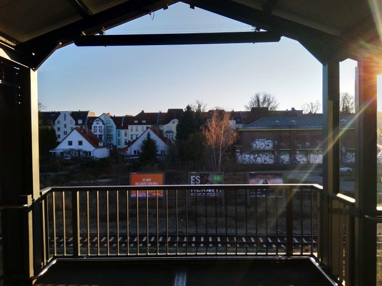 Blick vom Bahnhof Kaulsdorf auf das leer stehende Grundstück. Foto: Stefan Ziller