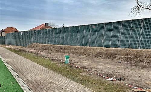 Mahlsdorf LIVE - Die neue Schallschutzmauer zu den Grundstücken der Florastraße.