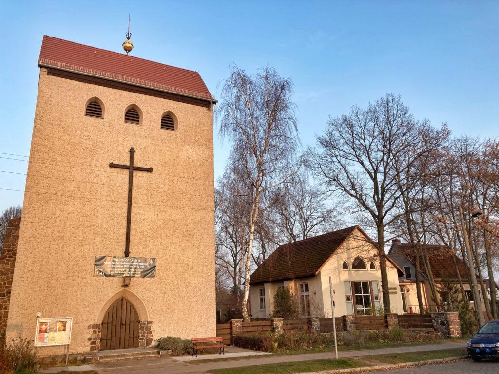 Mahlsdorf LIVE - Vor der Dorfkirche in der Albrecht-Dürer-Straße soll ein Open-Air-Gottesdienst am Heiligen Abend stattfinden.