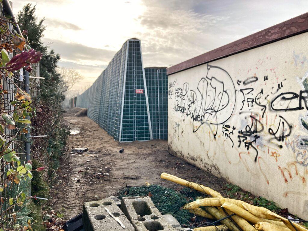 Mahlsdorf LIVE - Ein Blick vom Wildrosengehölz auf die Schallschutzmauer